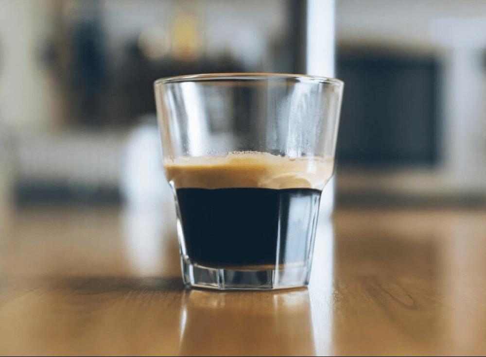 グラスに注がれたコーヒー